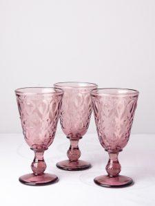 Vackra syrénfärgade vinglas i pressglas finns i vårt utbud