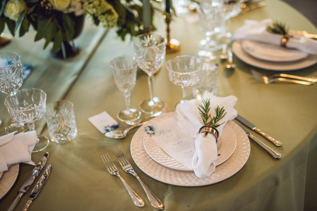 eleganta tallrikar och silverbestick